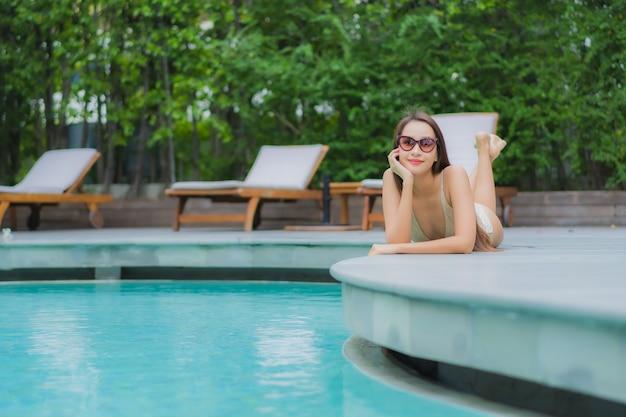 Portret pięknej młodej kobiety azjatyckie zrelaksować się uśmiech wokół basenu
