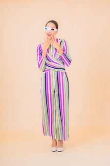 Portret pięknej młodej kobiety azjatyckiej nosić okulary 3d do oglądania filmu na kolor