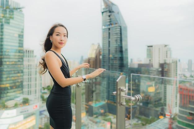 Portret pięknej młodej kobiety azjatyckiej relaks cieszyć się restauracją na dachu