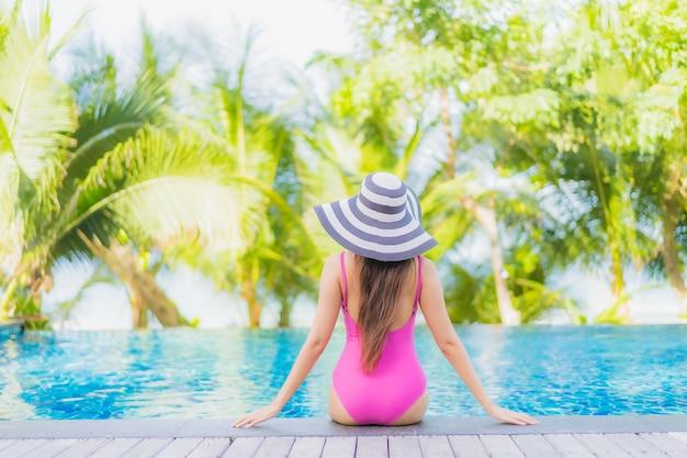 Portret pięknej młodej kobiety azjatyckiej uśmiech zrelaksować się wokół odkrytego basenu w hotelu w ośrodku na wakacyjnej wycieczce wakacyjnej