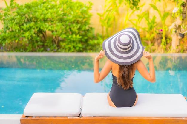 Portret pięknej młodej kobiety azji relaksuje w basenie