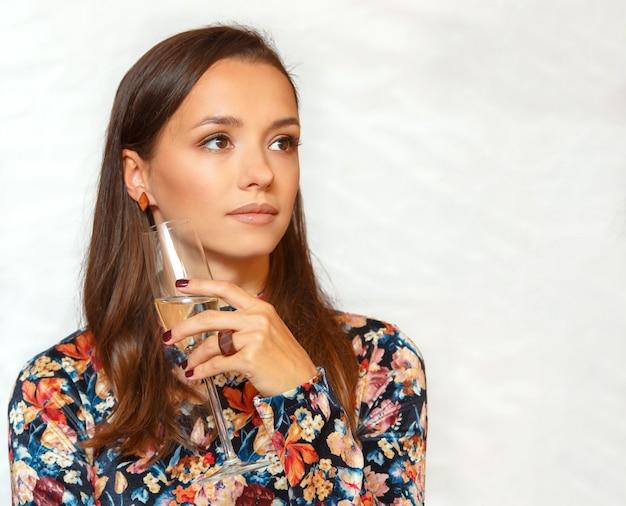 Portret pięknej młodej kobiety brunetka degustacja, sprawdzanie białego wina