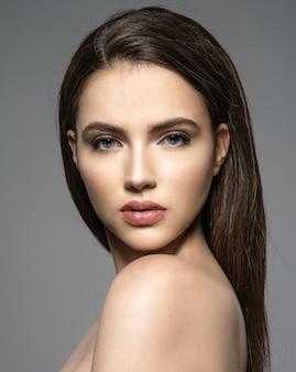 Portret pięknej młodej kobiety brunetka z czystą twarz.