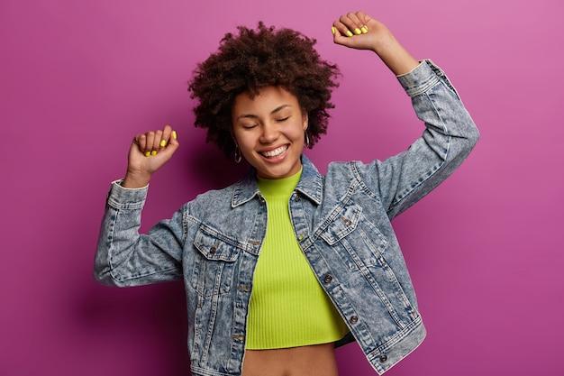 Portret pięknej młodej kobiety gestykulując