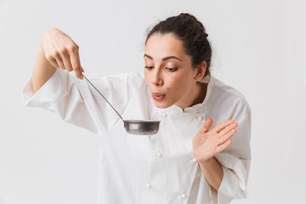 Portret pięknej młodej kobiety gotowania