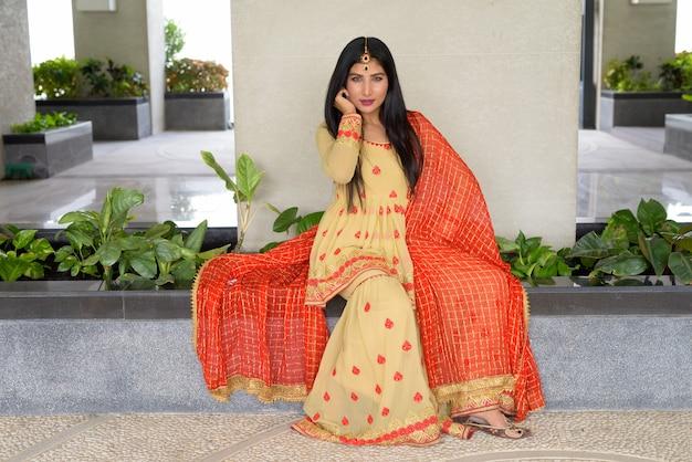 Portret pięknej młodej kobiety indyjskiej noszącej tradycyjne stroje na zewnątrz