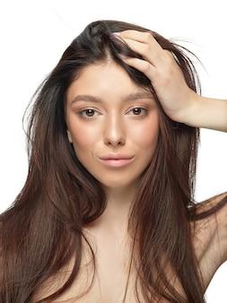Portret pięknej młodej kobiety na białym studio