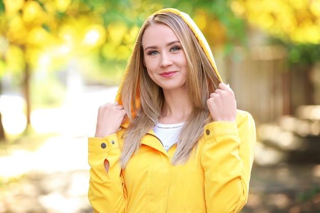 Portret pięknej młodej kobiety na zewnątrz