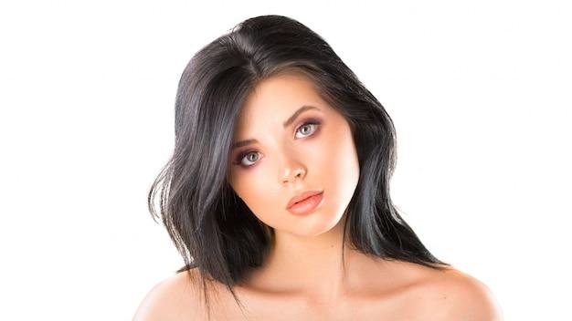 Portret pięknej młodej kobiety o brązowych włosach. ładna modelka z idealnie świeżą, czystą skórą. koncepcja pielęgnacji urody i skóry