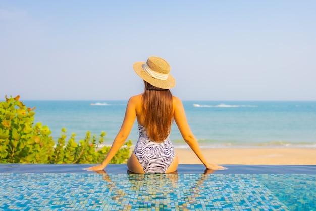 Portret pięknej młodej kobiety relaks na basenie