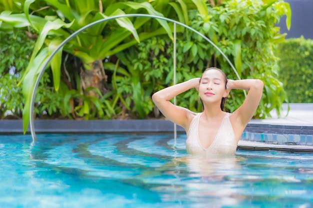 Portret pięknej młodej kobiety relaks przy basenie