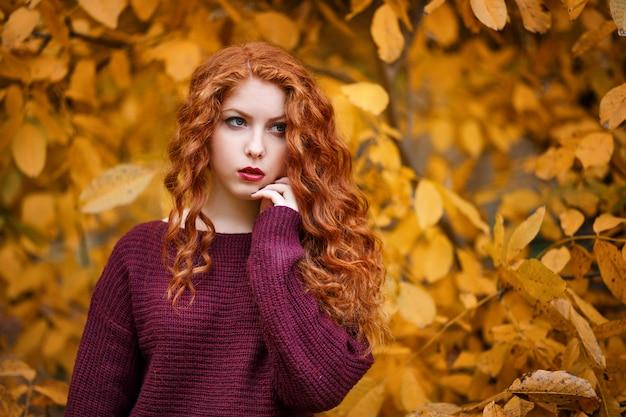 Portret pięknej młodej kobiety rudowłosej