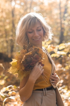 Portret pięknej młodej kobiety spaceru na świeżym powietrzu jesienią. jesienią i stylowa dziewczyna koncepcja.