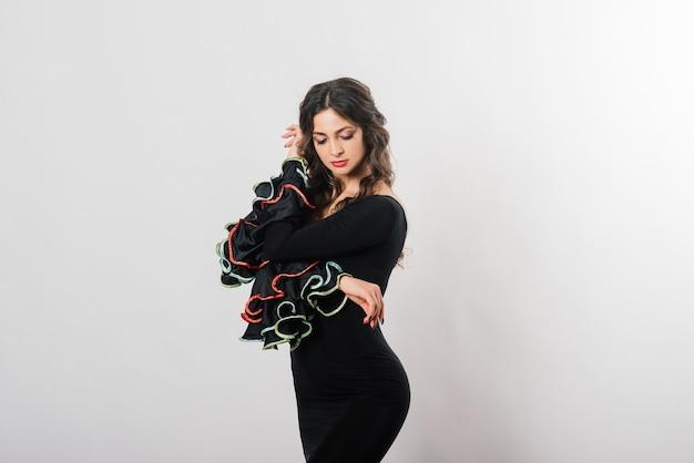 Portret pięknej młodej kobiety taniec flamenco z wentylatorem w studio