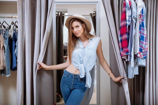 Portret pięknej młodej kobiety w garderobie sklepu odzieżowego
