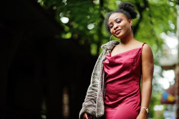 Portret pięknej młodej kobiety z afro włosów na sobie czerwoną jedwabną sukienkę