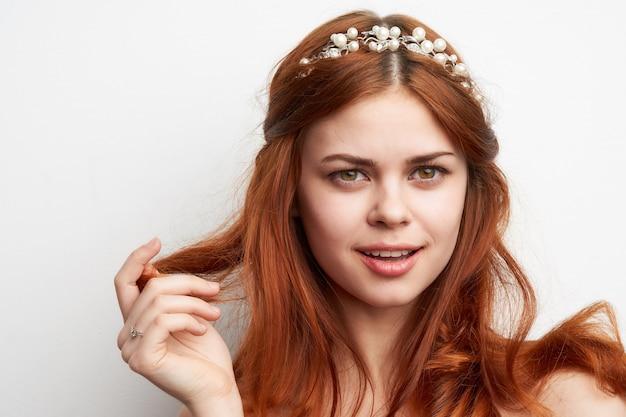 Portret pięknej młodej kobiety z biżuterią