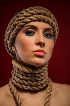 Portret pięknej młodej kobiety z linami
