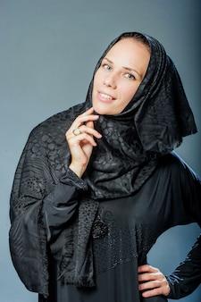 Portret pięknej młodej kobiety z ubraniami z bliskiego wschodu