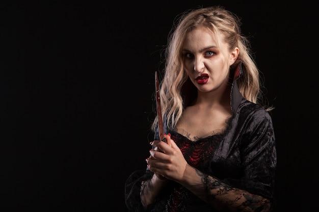 Portret pięknej młodej kobiety z wampirem uzupełnić na halloween. bogini wampirów.