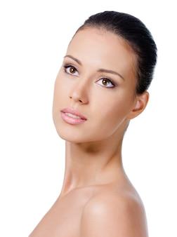 Portret pięknej młodej kobiety ze zdrową skórą na twarzy - na białym tle