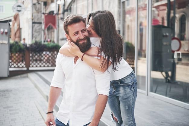 Portret pięknej młodej pary razem uśmiechnięci.