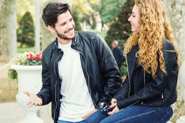 Portret pięknej młodej pary w parku.