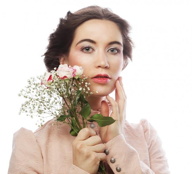 Portret pięknej młodej w różowej sukience