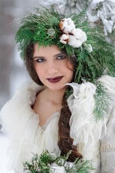 Portret pięknej młodej z bukietem. zimowa ceremonia ślubna.