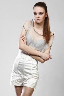 Portret pięknej modnej dziewczyny w seksowny strój