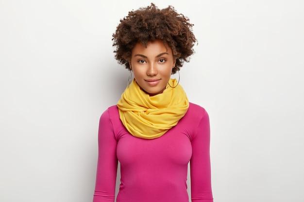 Portret pięknej modnej kobiety ma ciemną skórę, naturalne piękno