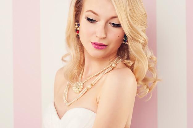 Portret pięknej narzeczonej blondynki