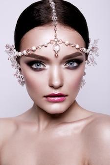 Portret pięknej narzeczonej brunetki mody, słodki i zmysłowy. makijaż ślubny i włosy. niebieskie oczy.