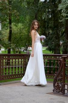 Portret pięknej narzeczonej mody, słodki i zmysłowy. makijaż ślubny i włosy.
