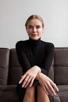 Portret pięknej nowoczesnej kobiety