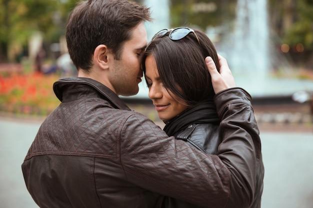 Portret pięknej pary przytulanie na zewnątrz