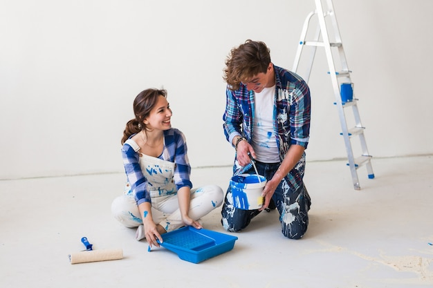 Portret pięknej pary robi remont w mieszkaniu.
