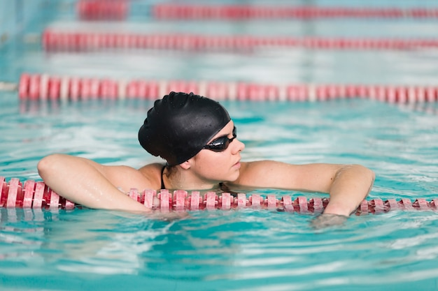 Portret pięknej pływaczki