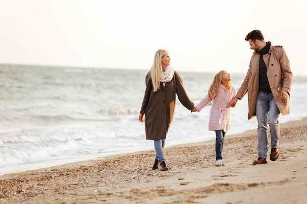Portret pięknej rodziny z małą córeczką