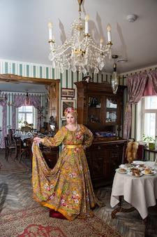 Portret pięknej rosyjskiej dziewczyny w kokoshniku i tradycyjnym stroju