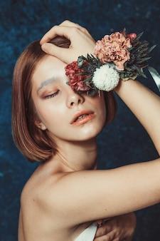 Portret pięknej rudowłosej dziewczyny z tępym bobem i bransoletką wieniec