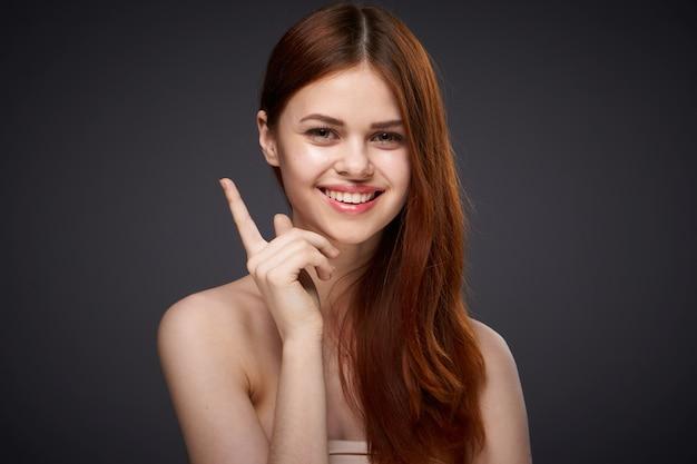Portret pięknej rudowłosej kobiety, piękna twarz