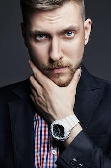 Portret pięknej seksownej brutalnej mężczyzn menedżera