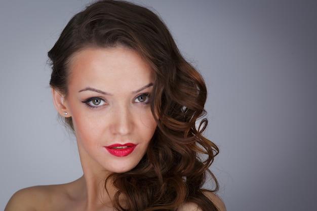 Portret pięknej seksownej dziewczyny, makijaż, moda, uroda
