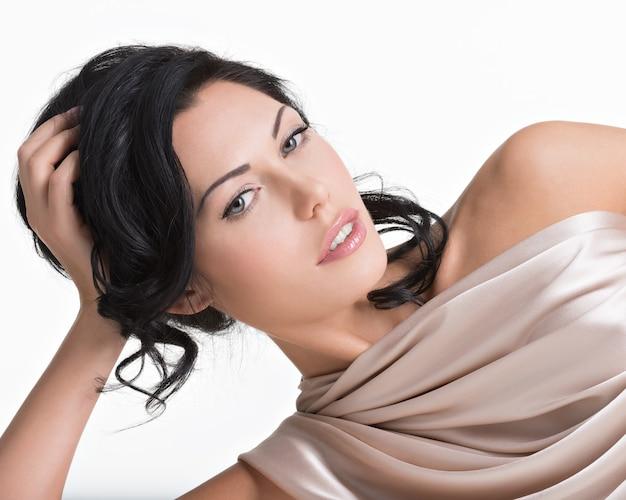 Portret pięknej seksownej kobiety przetargu z kreatywną fryzurą. model pozowanie