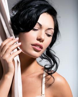 Portret pięknej seksownej kobiety przetargu z kreatywną fryzurą.