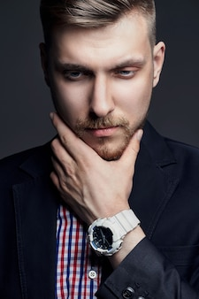Portret pięknej sexy brutalnych mężczyzn w ciemności