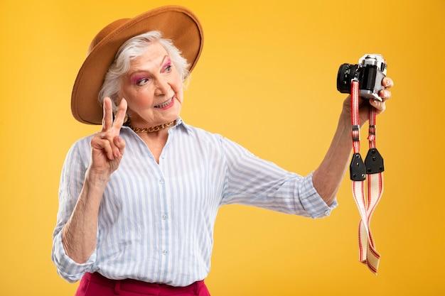 Portret pięknej starszej kobiety jest stylowy