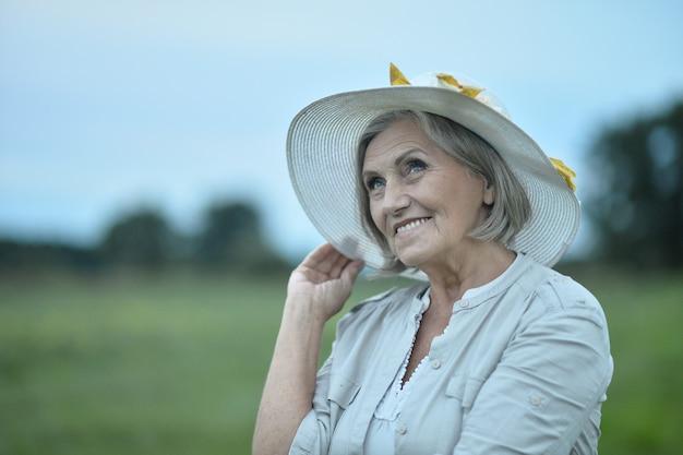 Portret pięknej starszej kobiety w polu