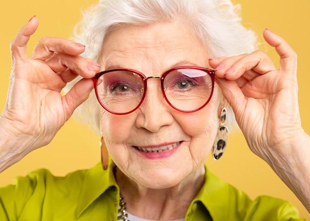 Portret pięknej starszej kobiety